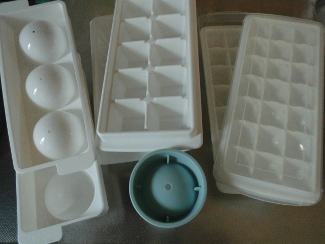 丸い氷ができる製氷皿、ダイソーと高いのは違う?作り方のコツは…